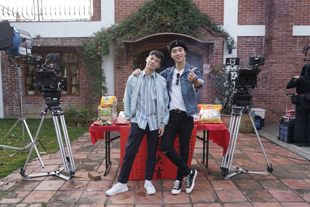 陳廷軒(左)、卞慶華合作BL劇「圈套」。圖/CHOCO TV提供
