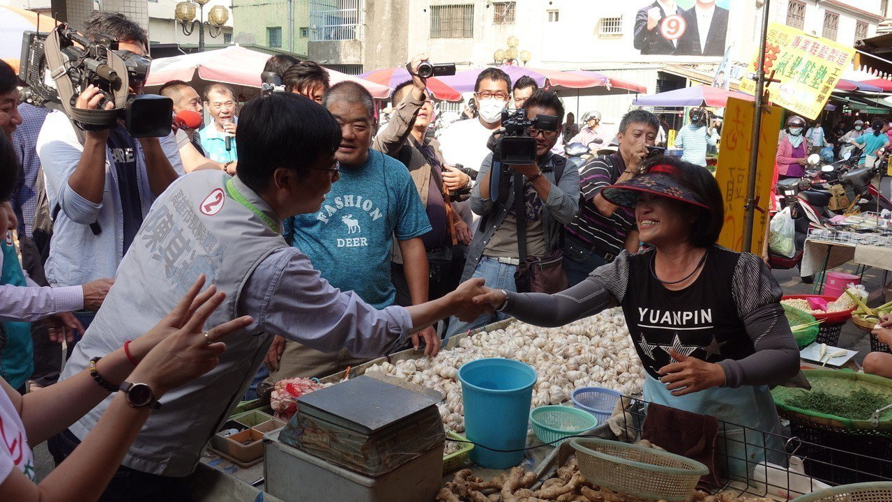 陳其邁今上午到林園菜市場掃街拜票。記者劉星君/攝影