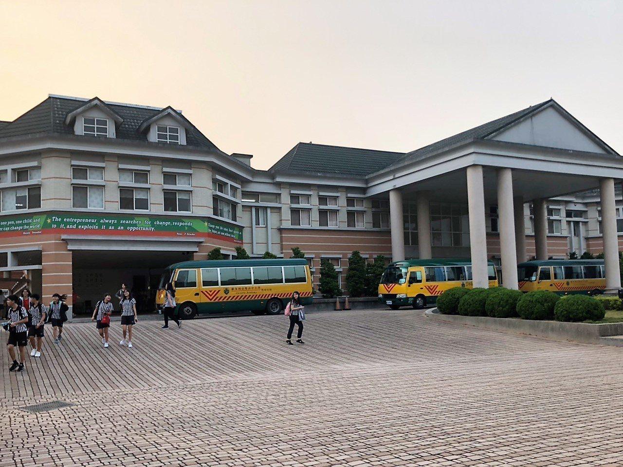 國民黨高雄市長候選人韓國瑜在雲林創辦的維多利亞實驗中學,被爆每坪土地每月租金僅8...