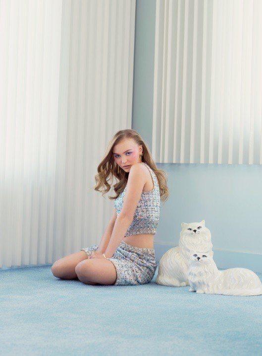 莉莉蘿絲戴普在V Magazine裡也穿香奈兒服飾。圖/摘自V Magazine...