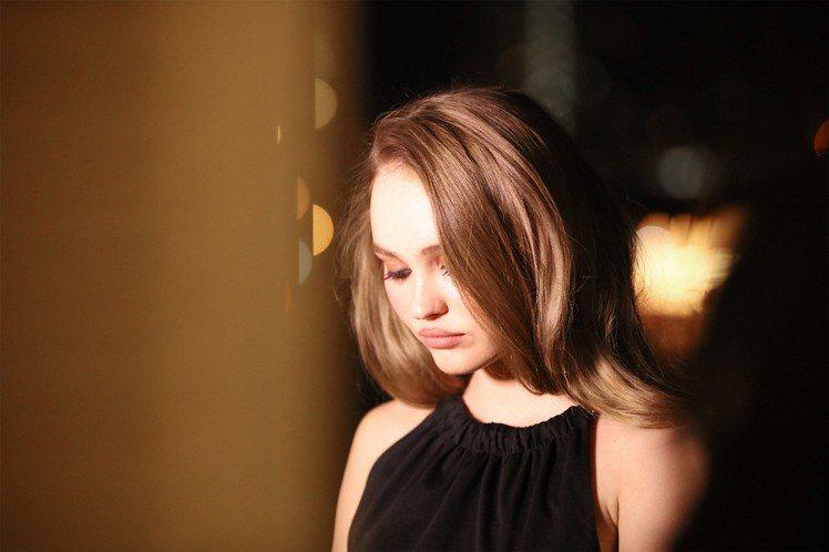 雖然才19歲,莉莉蘿絲戴普就已能輕鬆展現出輕熟女人味,果然來自百變老爸和名模老媽...