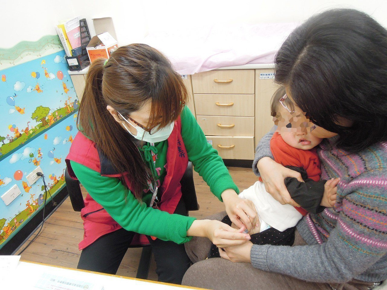 全國流感逐漸進入高峰,桃園市衛生局呼籲3歲幼兒、65歲以上老人趕快接種疫苗。圖/...