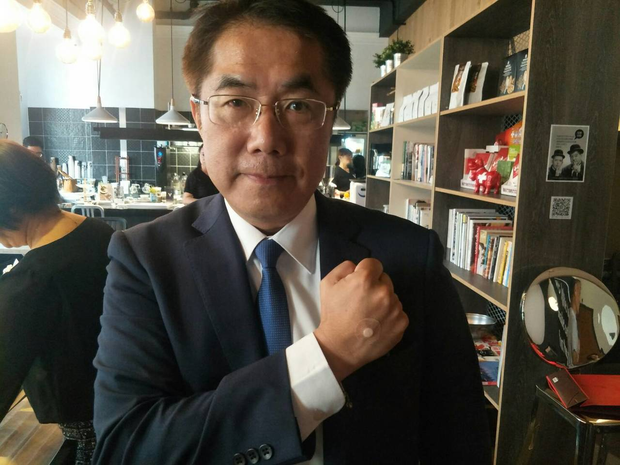 民進黨台南市長候選人黃偉哲今早打完點滴後,隨即開啟整天的行程。記者鄭維真/攝影