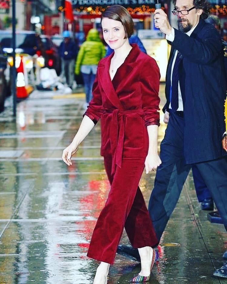 克萊兒芙伊在紐約宣傳《蜘蛛網中的女孩》時穿So Kate系列紅底鞋。圖/取自IG