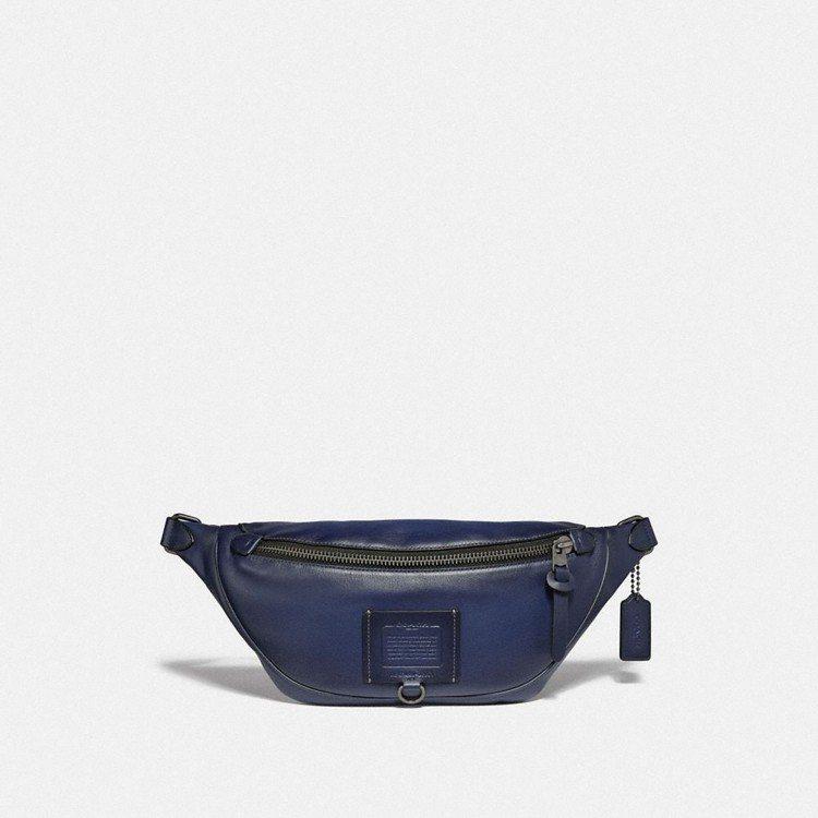 男款藍色腰包,售價14,800元。圖/COACH提供