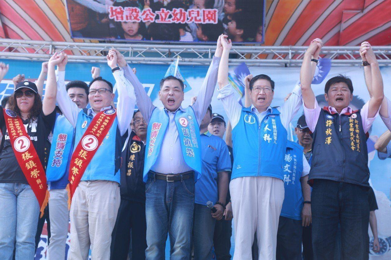 新竹縣議員候選人張鎮榮(左二)辦競選總部成立大會。記者郭宣彣/攝影