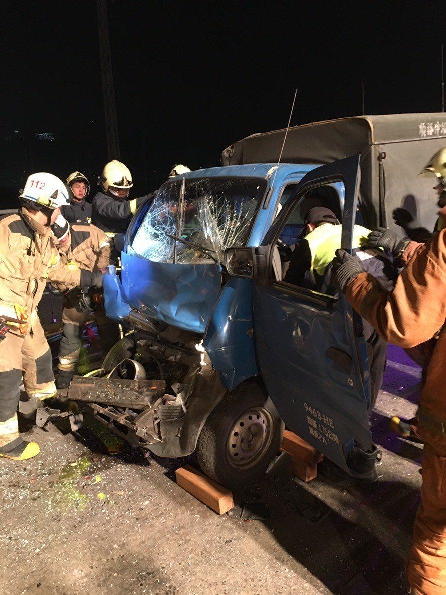 2人受困車內,警消已到場進行救援。記者巫鴻瑋/翻攝