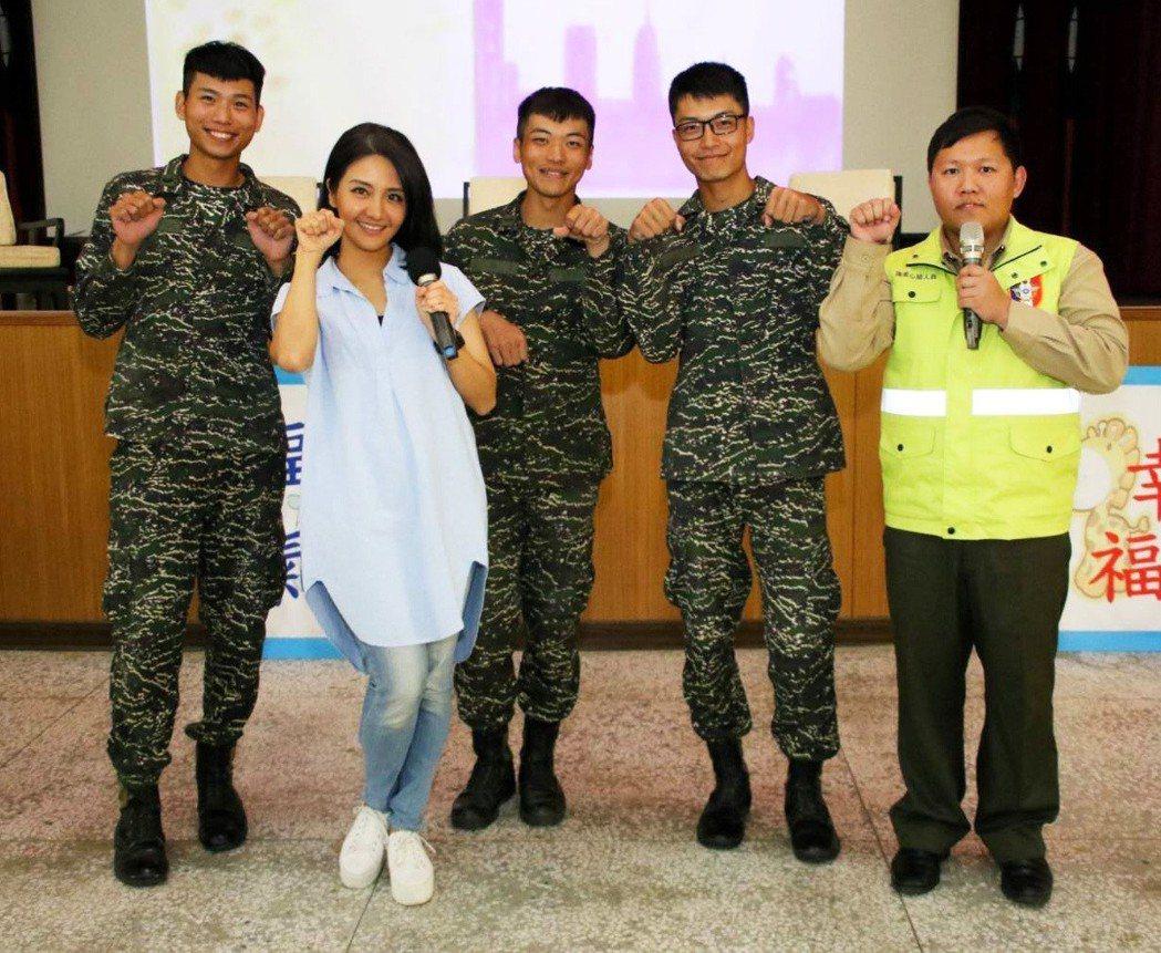 海軍陸戰隊邀請「女兵日記」演員李宣榕(左二)與官兵同歡。圖/海軍陸戰隊臉書