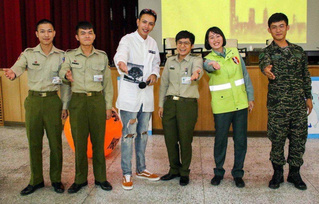 海軍陸戰隊邀請「女兵日記」演員林建予(左三)與官兵同歡。圖/海軍陸戰隊臉書