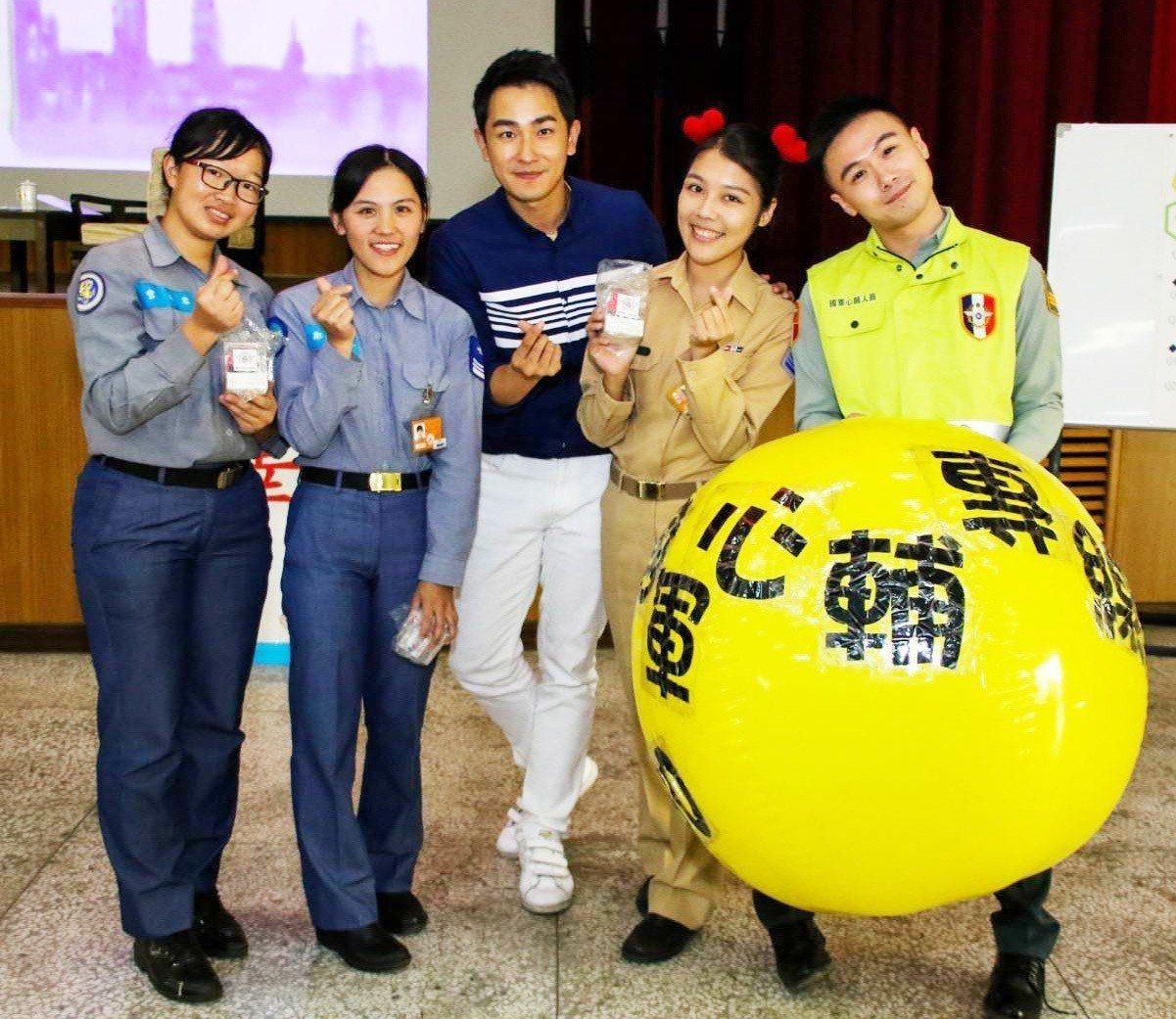 海軍陸戰隊邀請「女兵日記」演員陳謙文(左三)與官兵同歡。圖/海軍陸戰隊臉書
