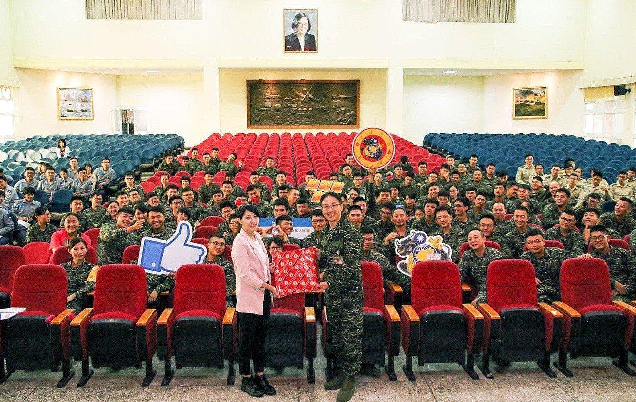 海軍陸戰隊邀請「女兵日記」演員與官兵同歡。圖/海軍陸戰隊臉書