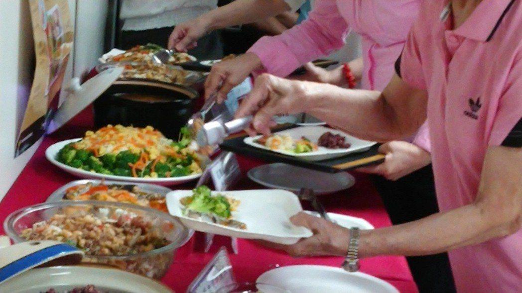 高市衛生局在成果發表會上進行「我的餐盤」檢測活動,檢視婆婆媽媽們的餐盤食物組成,...
