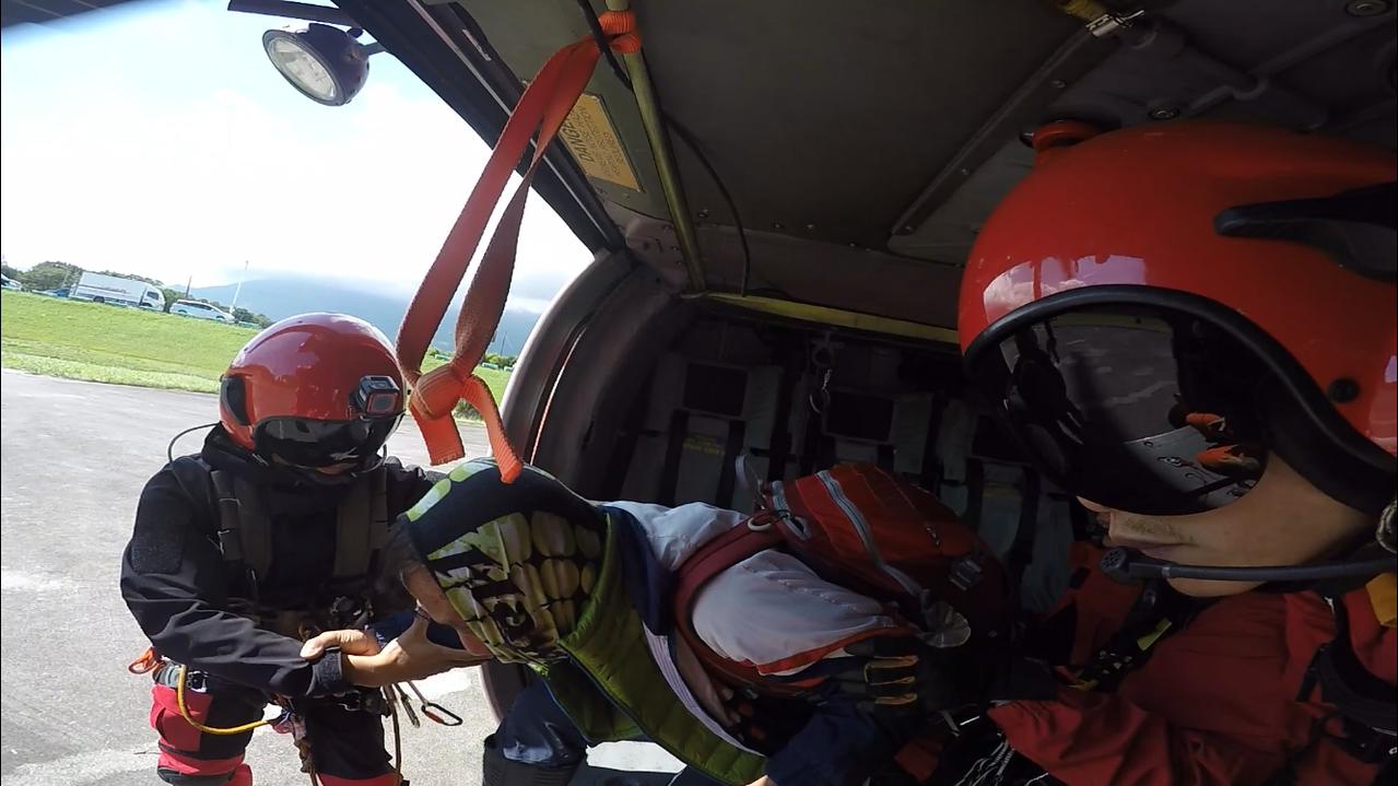 受傷的楊姓登山男子,由空勤直升機直吊掛下山就醫。圖/空勤總隊提供