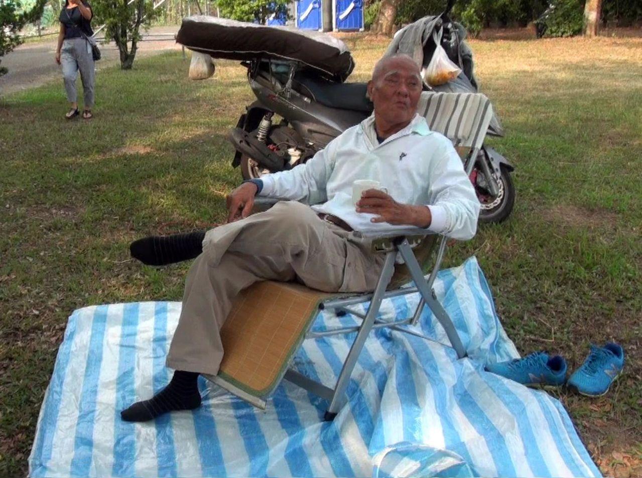 75歲的莊姓老翁,昨晨五點多從楠梓出發,騎車到高美醫專,他載著裨被準備野營,就為...