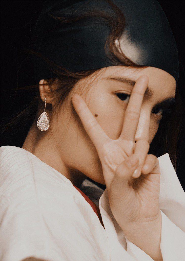 楊丞琳戴泳帽拍攝超前衛時尚雜誌照。圖/MilkX提供