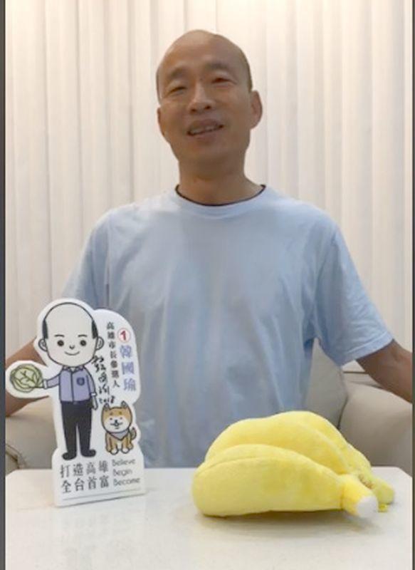 國民黨高雄市長候選人韓國瑜今天晚上開直播,澄清一些最近引起爭議的事。圖/翻攝自韓...