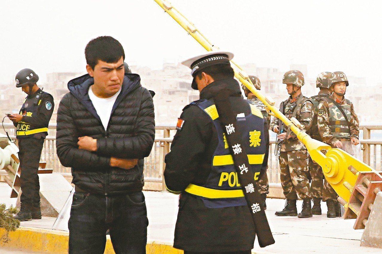 新疆「再教育營」議題引發國際對中國大陸人權關切。圖為新疆一名男子去年在喀什市街頭...