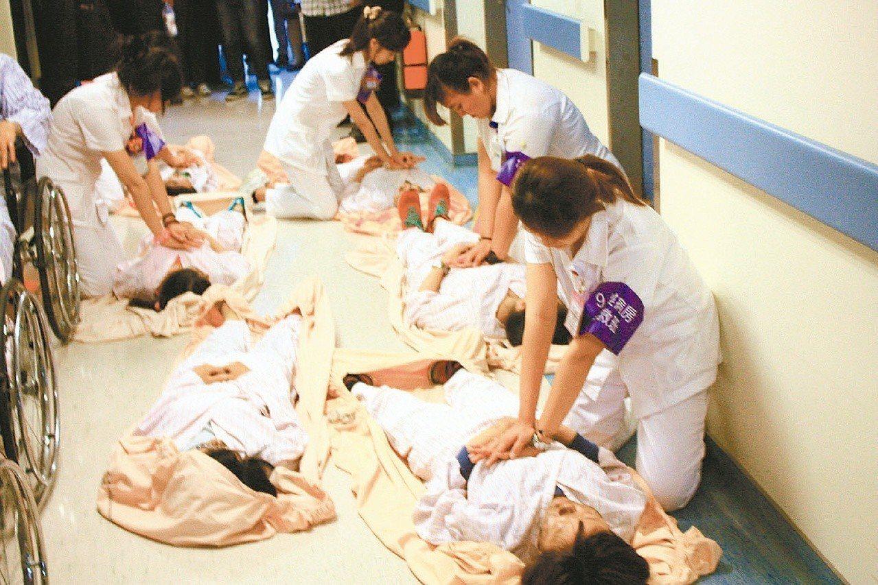 醫護人員須熟悉CPR操作。圖為苗栗消防局舉辦消防演練。圖/聯合報系資料照片