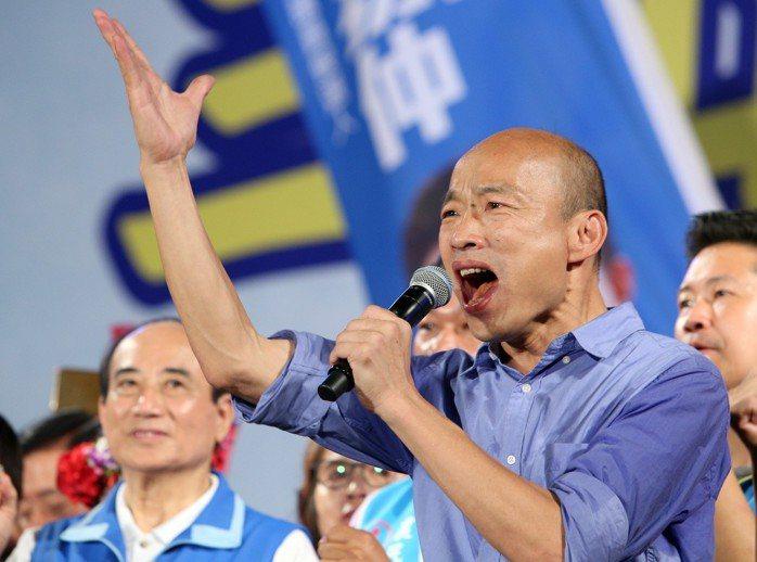 國民黨高雄市長候選人韓國瑜昨晚在旗山造勢會場說,當選市長後一定會帶領大家拚經濟。...