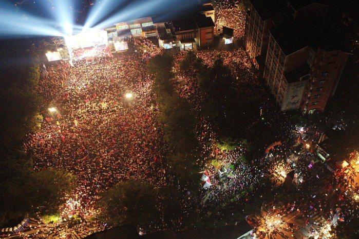 國民黨高雄市長候選人韓國瑜昨晚在高美醫專舉辦旗山造勢大會,現場人山人海,許多支持...