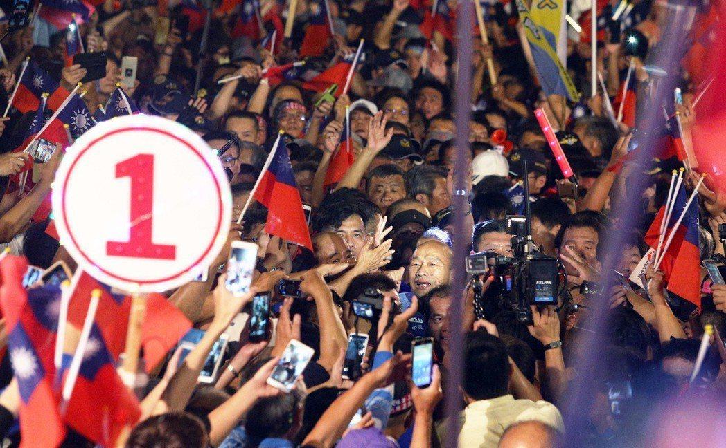 韓國瑜昨晚在旗山舉辦「高雄三山造勢晚會」第二場,現場人潮洶湧差點上不了台。記者劉...