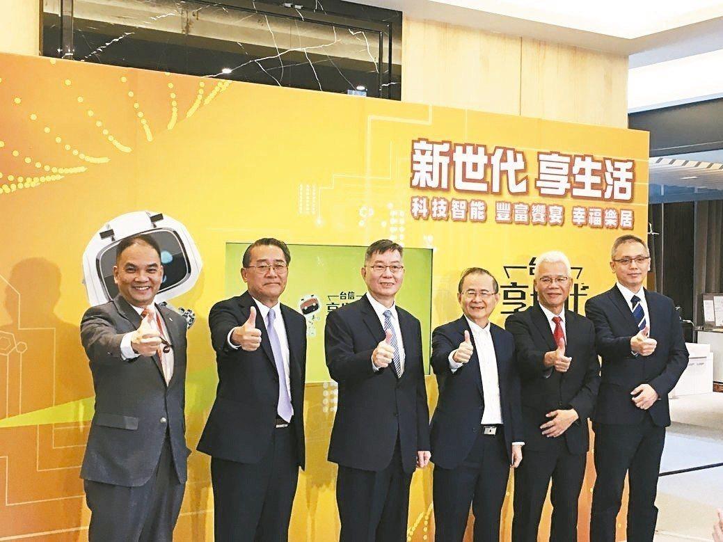 上海銀行協理林長光(左起)、陽信銀行副總張繼鳴、土地銀行副總李振鳴、台信建設機構...