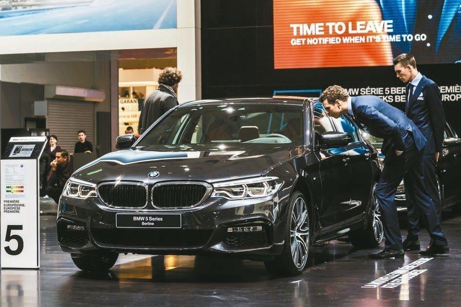 BMW上季營業利益大減27%,拖累股價重挫。 美聯社