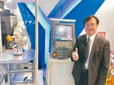 工研院智慧機械科技中心主任陳來勝展示全球首創的「ROBOT inside五軸同動...