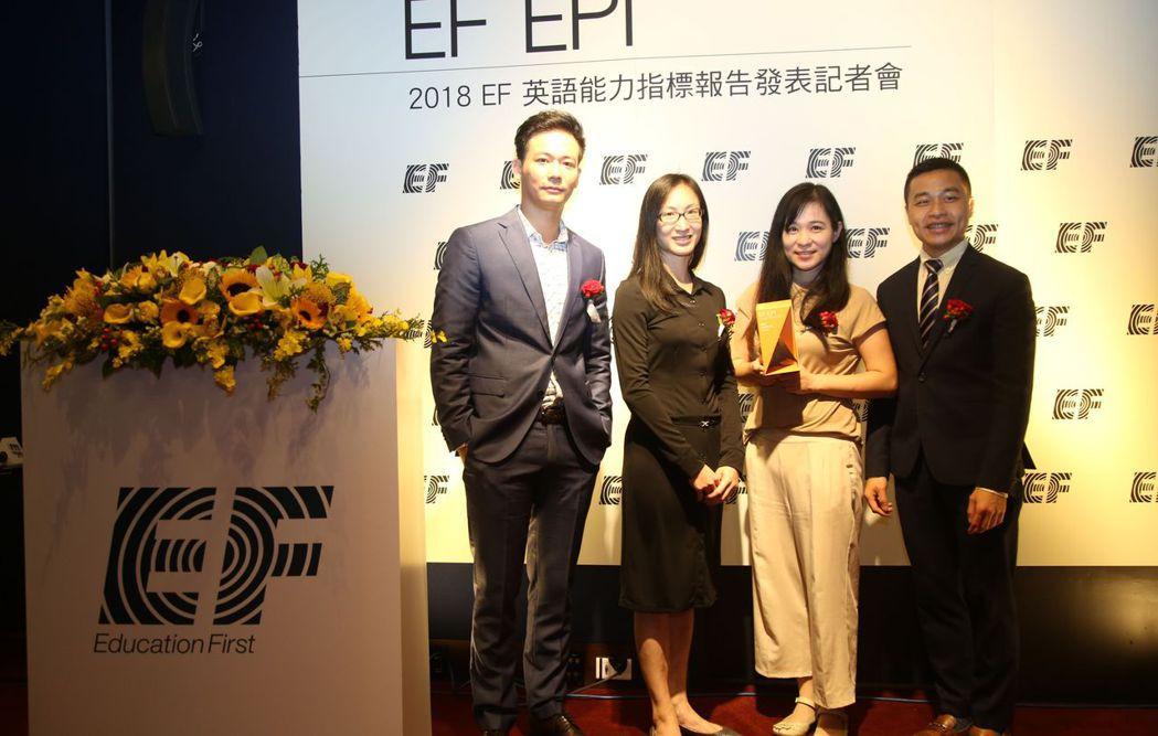 EF EPI發表會主持人劉傑中(左起),EF台灣區總經理楊愛麟,臺南市政府第二官...