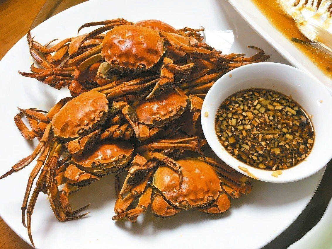 清蒸大閘蟹,薑沾料不可少。 記者汪莉絹/攝影