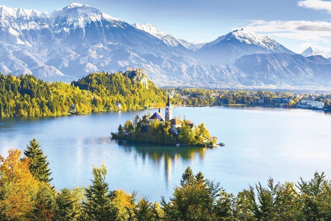 斯洛維尼亞布萊德湖如風景明信片般夢幻。 圖/Klook客路、Booking.co...