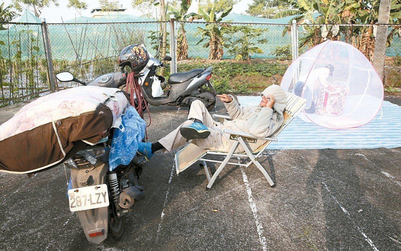 受到鳳山會場龐大人潮的影響,兩位忠誠的粉絲昨夜就來到會場搭帳篷過夜。 記者杜建重...
