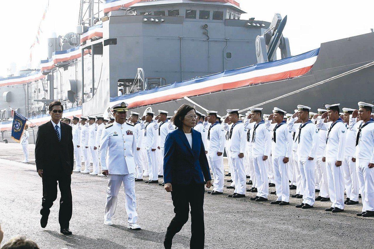 銘傳、逢甲軍艦成軍典禮,蔡英文總統(右)提出三不。 記者劉學聖/攝影