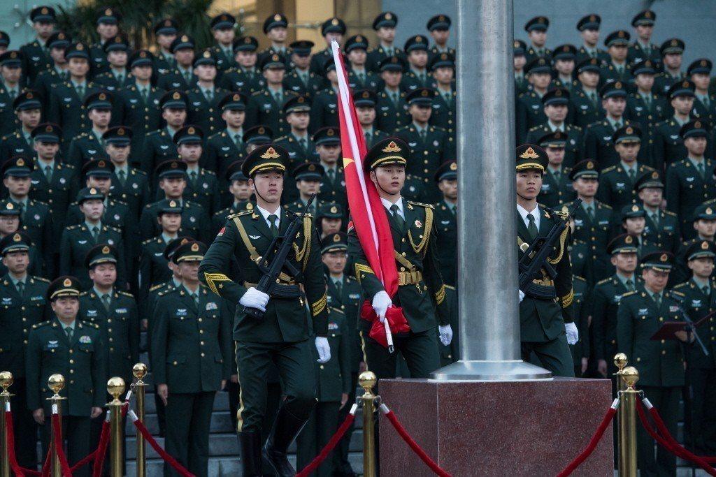 圖為2017年12月20日,中國人民解放軍駐澳門部隊在澳門新口岸營區舉行升國旗儀...