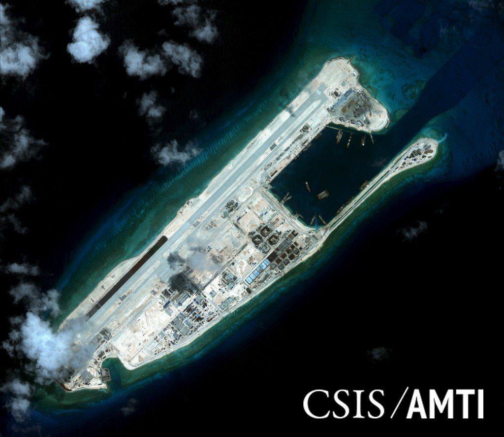 中國在南沙島礁填海造陸後興建的設施,規模超過預期。根據3年前的資料照片顯示,永暑...
