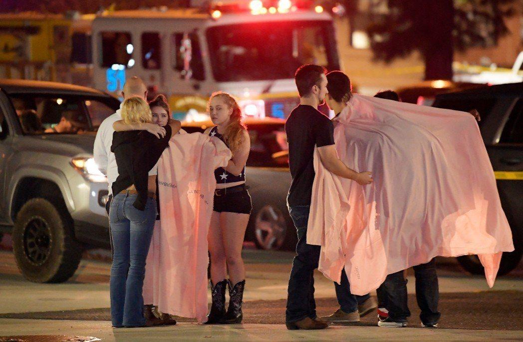 美國加州洛杉磯郊區的千橡鎮7日晚間爆發槍擊案。 美聯社