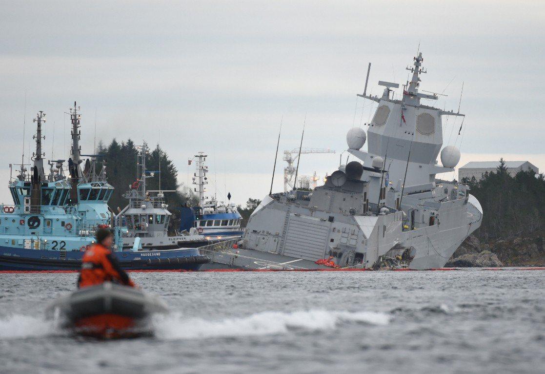 挪威海軍一艘巡防艦和油輪相撞後,面臨沉沒的危險。 歐新社