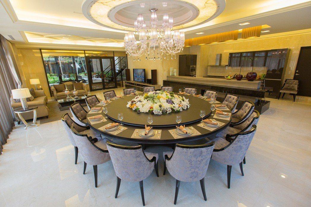 對於好客的主人家而言,大圓桌宴會廳是非常好用的公設。