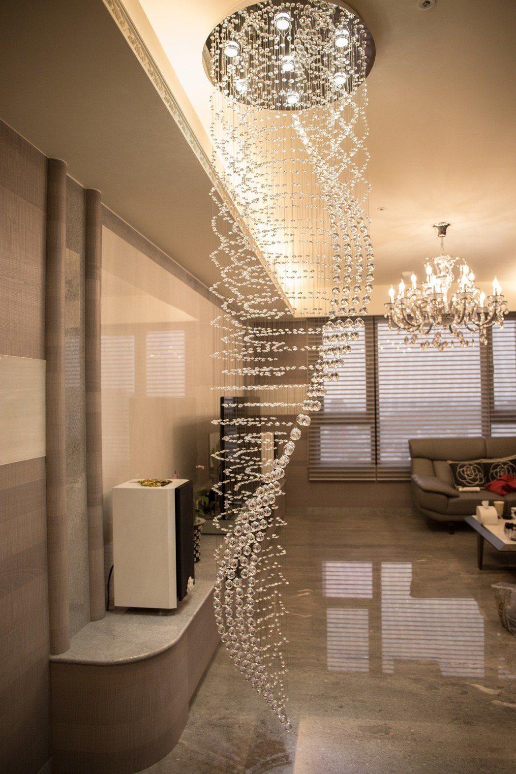 侯家一入口就是華麗的施華洛士奇螺旋水晶燈飾。 攝影/張世雅