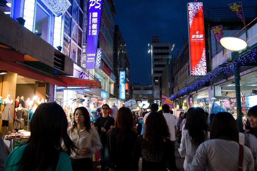 新崛江商場過去曾是高雄人潮的聚集地,如今傳出商圈沒落、店租腰斬的新聞。photo...