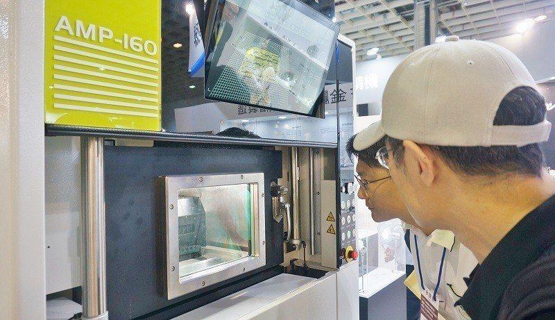 8月「台灣國際3D列印展」的東台精機攤位上,加工成品精巧的金屬3D列印設備,吸引...