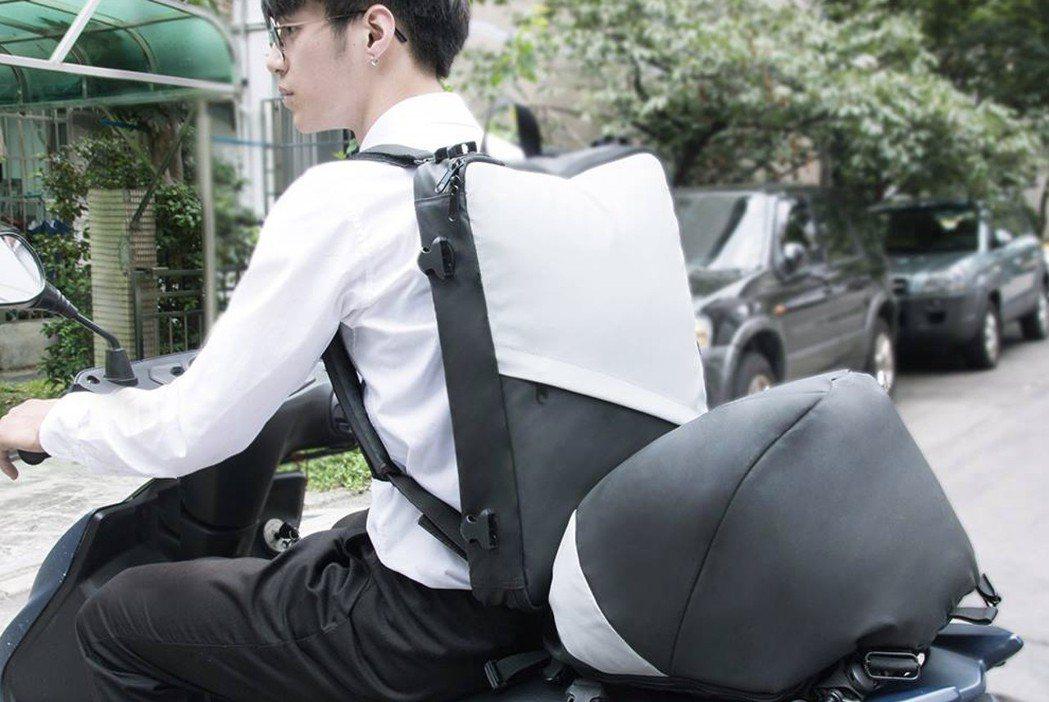 防水卡普包的空間增大術,輕鬆攜帶筆電和全罩式安全帽。 FUTURE LAB/提供