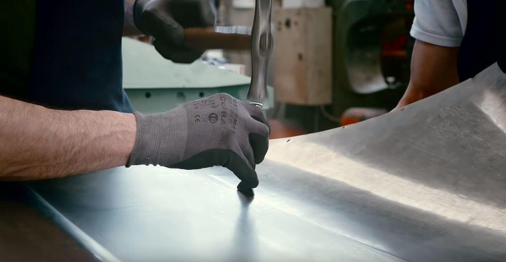 用雙手和鐵鎚一步一步的打造鈑件造型。 摘自Italdesign Official