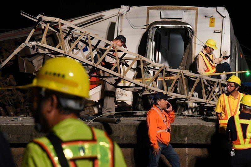 10月21日,一列從台北開往台東的普悠瑪號火車出軌翻覆。 圖/路透社