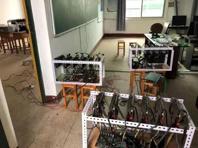大陸一所中學正副校長將挖礦電腦設置在學校教室。圖片來源/新浪網