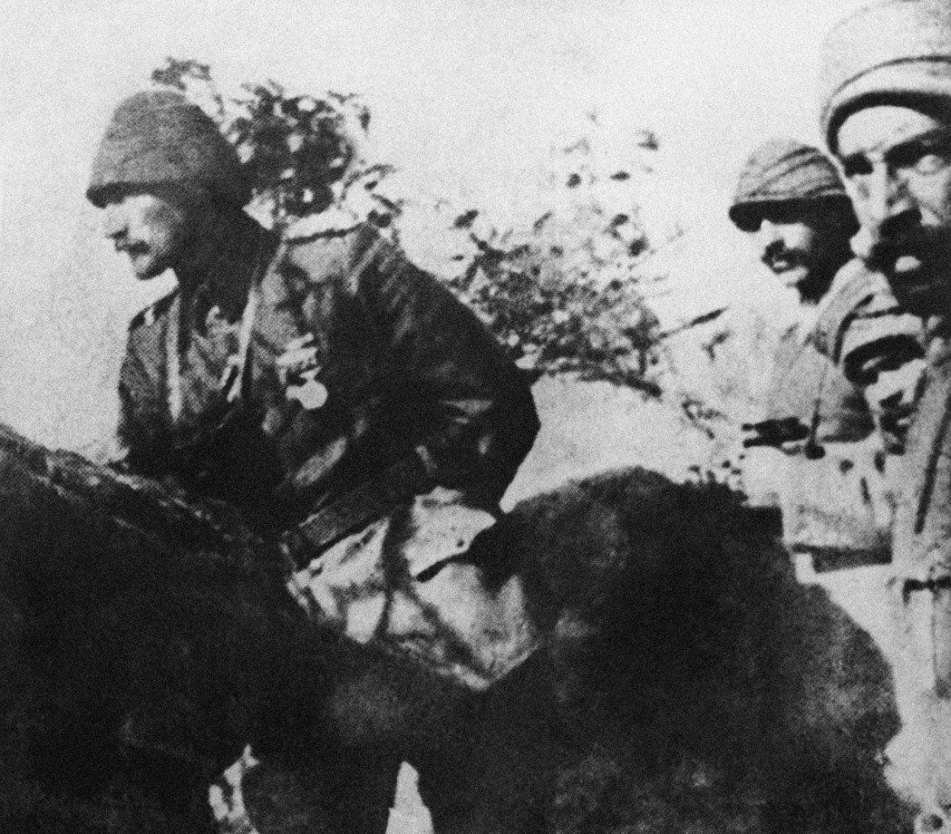「我不是命令你們進攻,而是命令你們赴死。」1915年的加里波利戰役,凱末爾(左)...