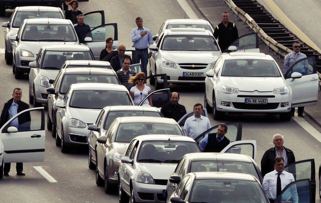每年凱末爾逝世紀念日這天,早上九點五分一到,土耳其民眾都會有默契地停下手邊工作,...