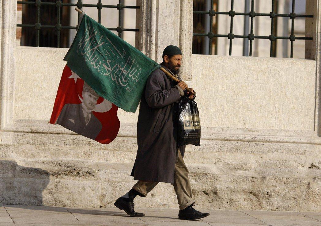 土耳其保守派對宗教的想法與凱末爾並不是站在絕對的對立面,因為凱末爾並不是追求「去...