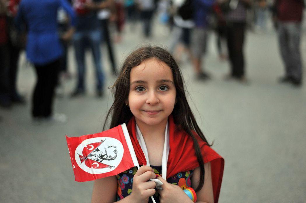 凱末爾本人似乎擄獲了男女老少的心,那土耳其社會又是如何看待與他息息相關的「凱末爾...