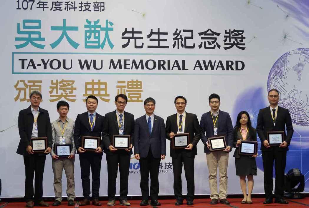 科技部長陳良基(中)與吳大猷先生紀念獎得獎學者合影。 李炎奇/攝影